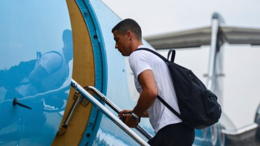 Cristiano Ronaldo stapt een privéjet op