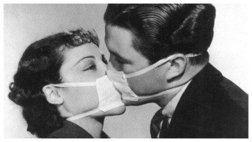 retro foto van man en vrouw die kussen met mondkapje op.