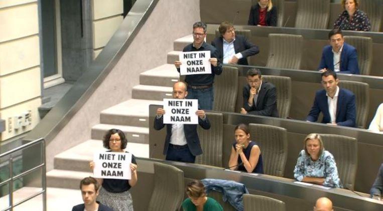 PVDA-fractie protesteert tegen Filip Dewinter tijdens de aanstelling van Wilfried Vandaele