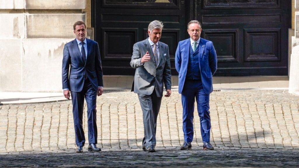 Paul Magnette (PS), koning Filip en Bart De Wever (N-VA)