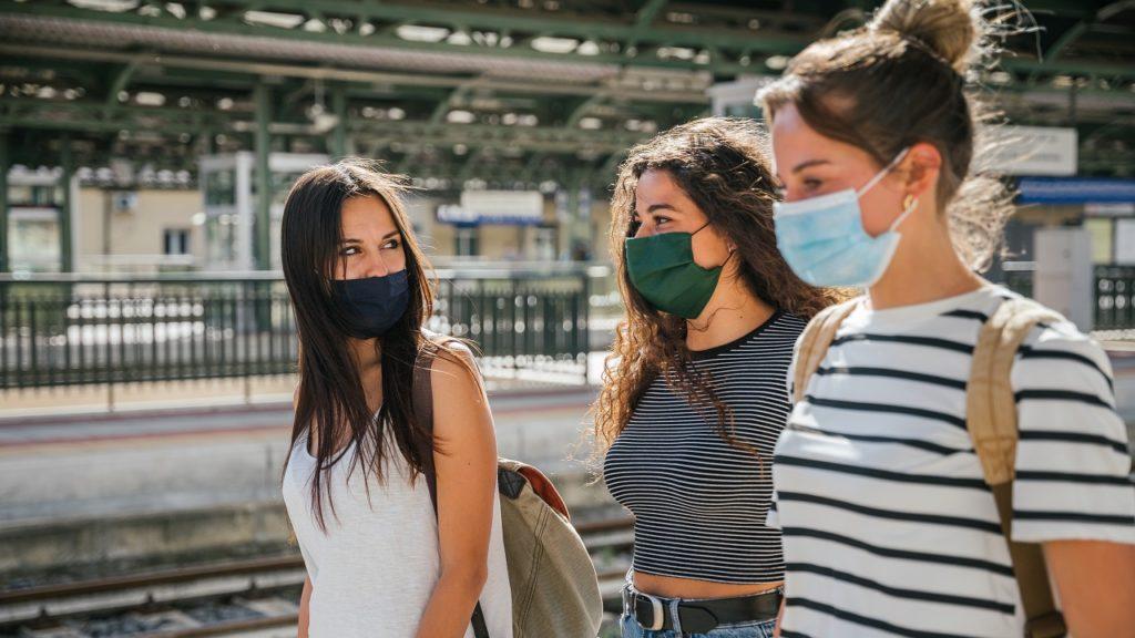 vriendinnen mondmasker coronavrius