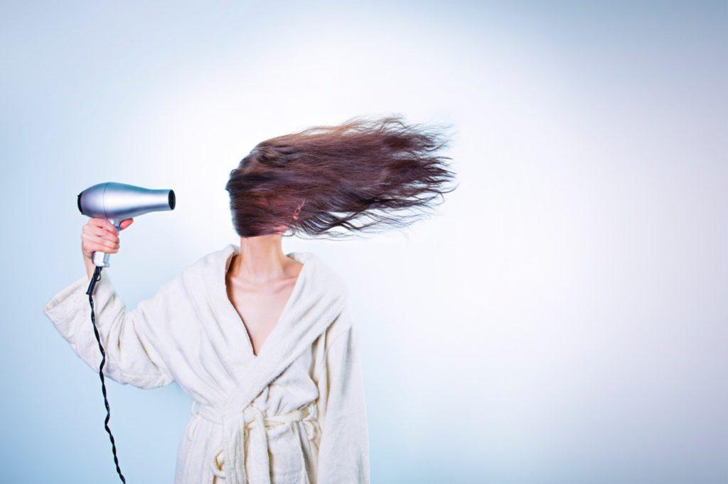 Vrouw haardroger